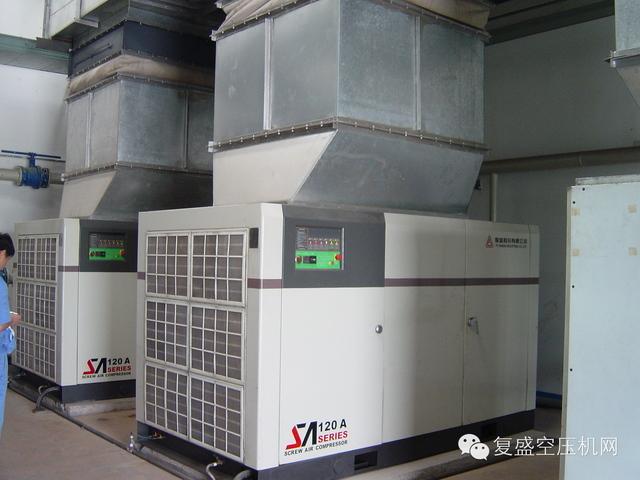 空压机网 作者:中国空压机网 1、不得扯拉电缆从电源拔出插头,电缆应远离热源和油液,并避免与锐利的物体接触。 2、复盛无油空压机不可任其风吹雨打,勿在潮湿和阴暗的地方工作,勿在存放易燃易爆液体气体和多灰尘的地方工作。 3、应妥善保管机器,不使用的空压机,应放掉储气罐内的空气与污水,存放于干燥的环境中。 4、复盛无油式空压机吸取的空气不得含有易燃易爆气体,严紧儿童接近运行中的机器,以免发生事故等。 5、应注意电源电压与空压机铭牌之电压相符。电源电压高于空压机的适用电压时,有可能引发人身事故并损毁空压机,电源